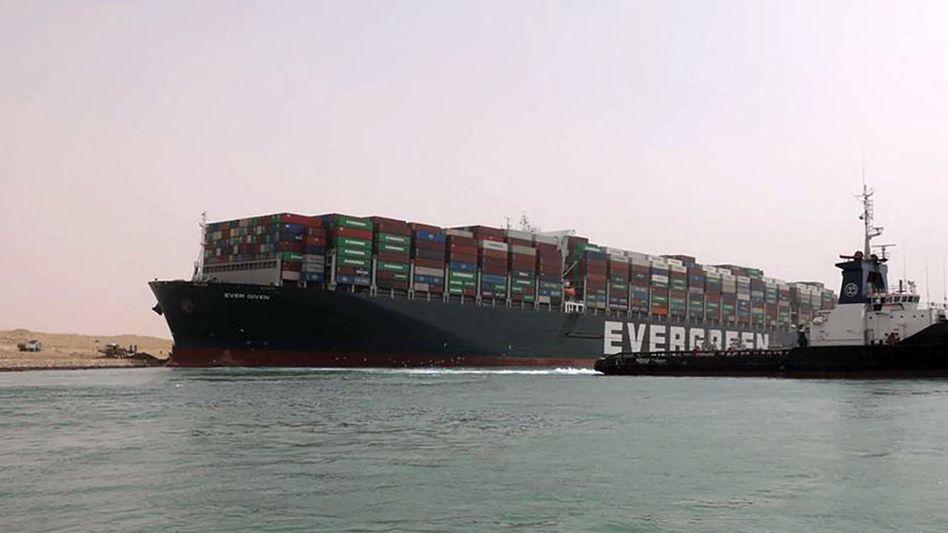 """Welthandel blockiert: Die """"Ever Given"""" steckt im Suezkanal fest"""