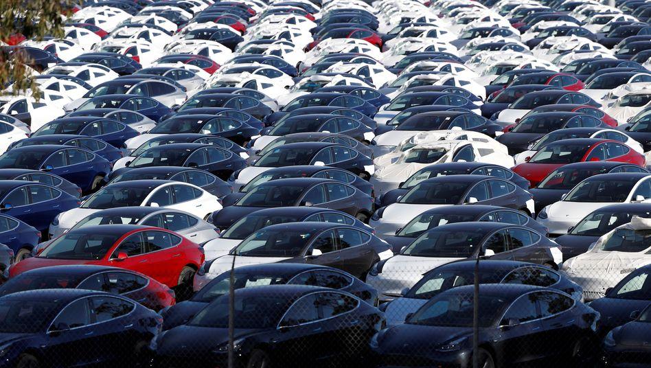 Tausende Tesla Model 3 standen bei dem Elektroautobauer zum Jahresende auf Halde
