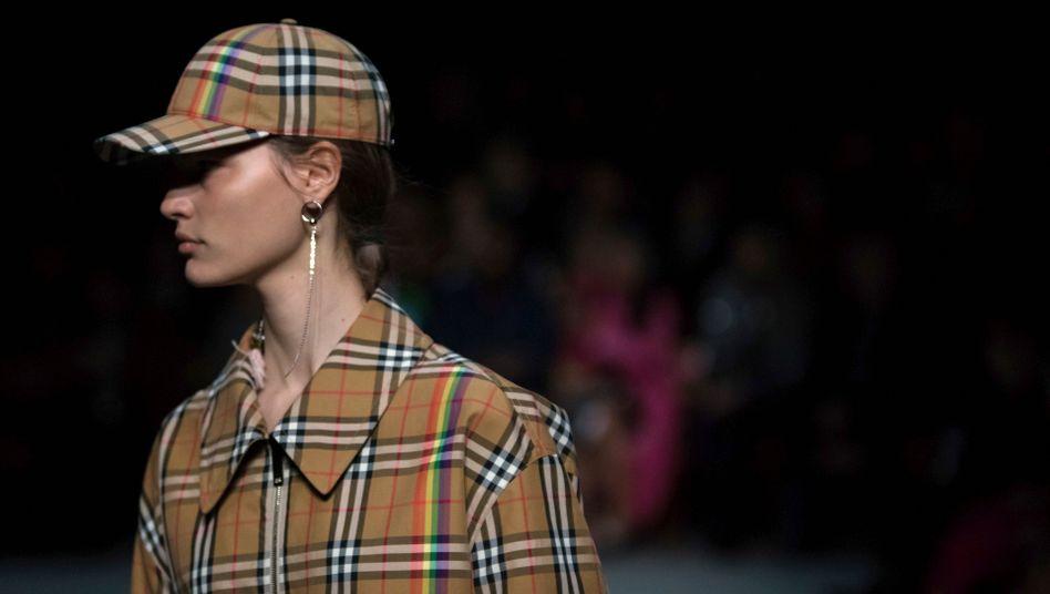 Trenchcoats und Karomuster: Typisch Burberry - die Verkäufe der Luxus-Modemarke brachen im ersten Quartal drastisch ein.