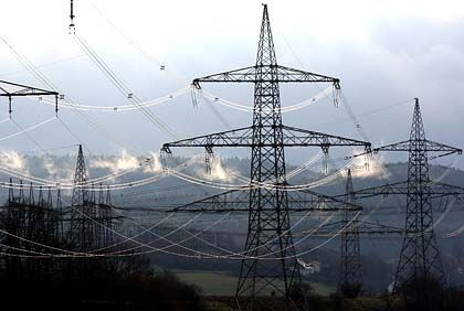 Lebensader: EU-Kommission und Verbraucherschützer fordern seit langem die Trennung des Stromnetzes von der Stromproduktion. Höchst umstritten ist jedoch, wem die Leitungen künftig gehören sollen.