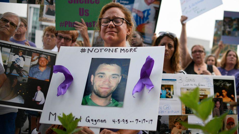 Trauer um Opiod-Opfer: Firmen wie Purdue Pharma haben die Mittel als Schmerzmittel verharmlost - und millionenfach verteilt