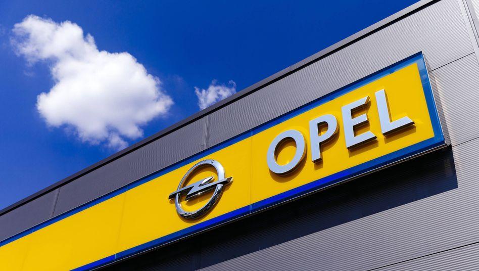 Opel-Logo bei einem Händler in Köln