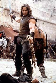 """Er hat fleißig geübt in seinen Filmen. Nun will Arnold Schwarzenegger den amtierenden Gouverneur Gray Davis niederstrecken - wie hier bei seinen ersten schauspielerischen Gehversuchen in """"Conan der Barbar"""" (1982)."""