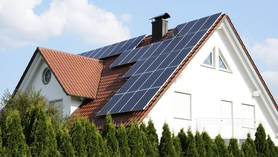 Saubere Energiegewinnung: Häufig wird gemeinsam mit einer Photovoltaik-Anlage auch ein passender Stromspeicher installiert.