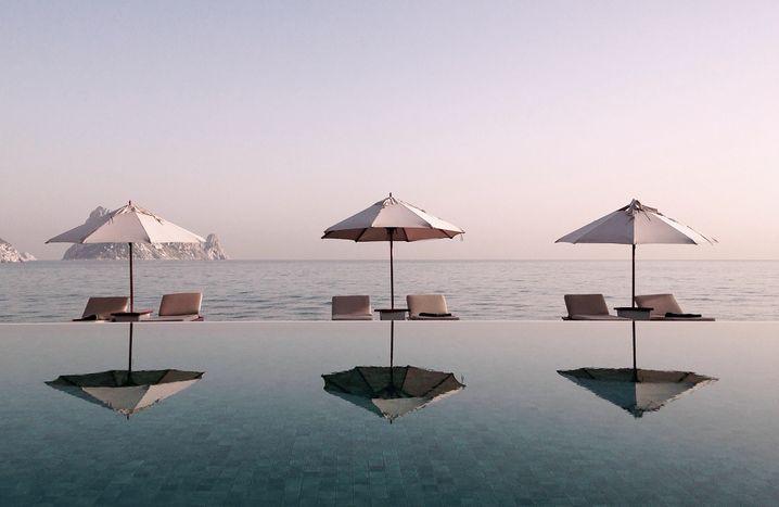 Pool-Position: Im eigenen Becken vor der Suit oder lieber mit den anderen, aber dafür mit Aussicht? Ein Luxusproblem.