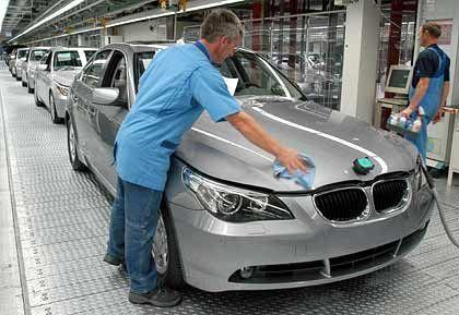 Gefragt: Ein BMW-Mitarbeiter im Dingolfinger Werk an der neuen 5er Baureihe