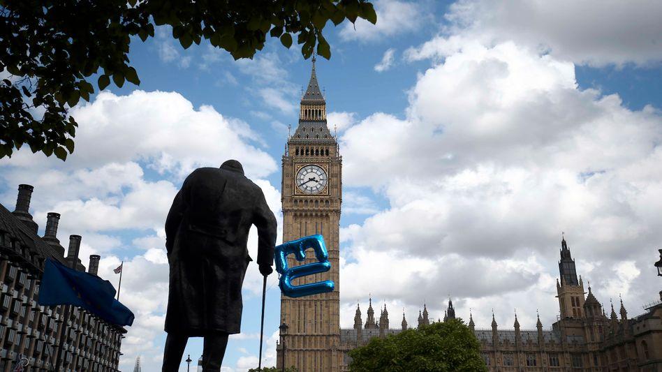 Churchill-Statue am Parliament Square in London: Der EU-Ballon ist inzwischen weggeflogen