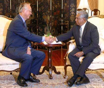 Länger im Amt als geplant: Premier Goh überreicht Präsident Sellapan Rama Nathan sein Rücktrittsgesuch
