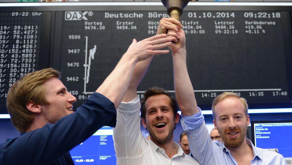 Zalando-Börsengang: Die Firmenchefs David Schneider, Robert Gentz und Rubin Ritter läuten die Eröffnungsglocke am 1. Oktober. Schreien vor Glück konnten Anleger nicht - die Aktie enttäuschte bisher
