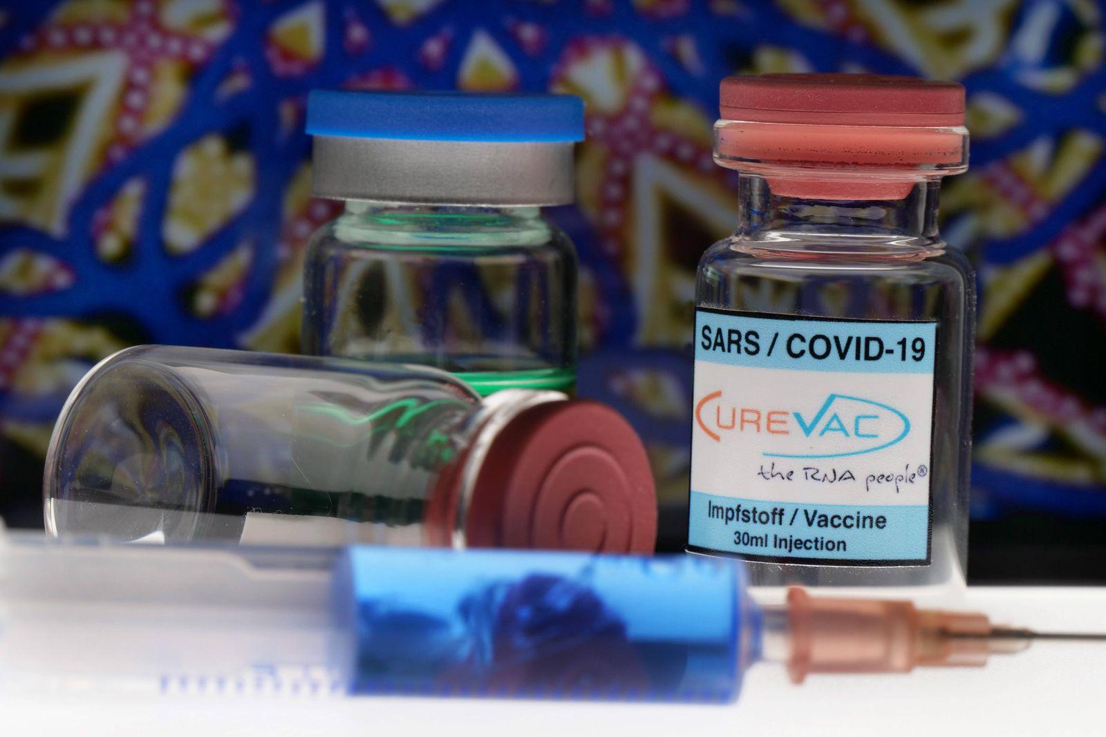 Symbolbild Coronaserum-Impfstoffdose mit Spritze Corona-Impfstoff *** Symbol image Coronaserum vaccine can with syringe