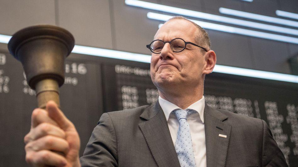 Glockenläuten zum Börsenstart: Bernd Montag, Vorstandsvorsitzender von Siemens Healthineers, im März beim IPO seines Unternehmens an der Frankfurter Börse - auch Privatanleger können bei dem Geschäft mitmischen.