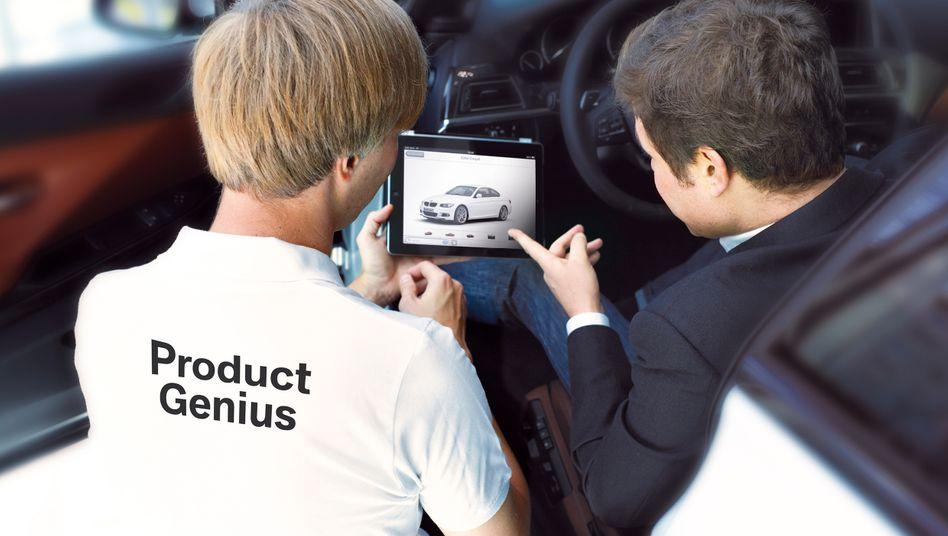 """BMW-""""Product Genius"""" berät Interessenten: Erklärt wird per iPad, für den Verkauf sind andere Mitarbeiter zuständig"""