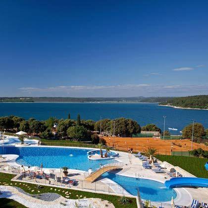 Blaues Wasser im Meer und im Pool: Anlagen wie das Valamar Tamaris gehören zur neuen Hotelgeneration in Kroatien