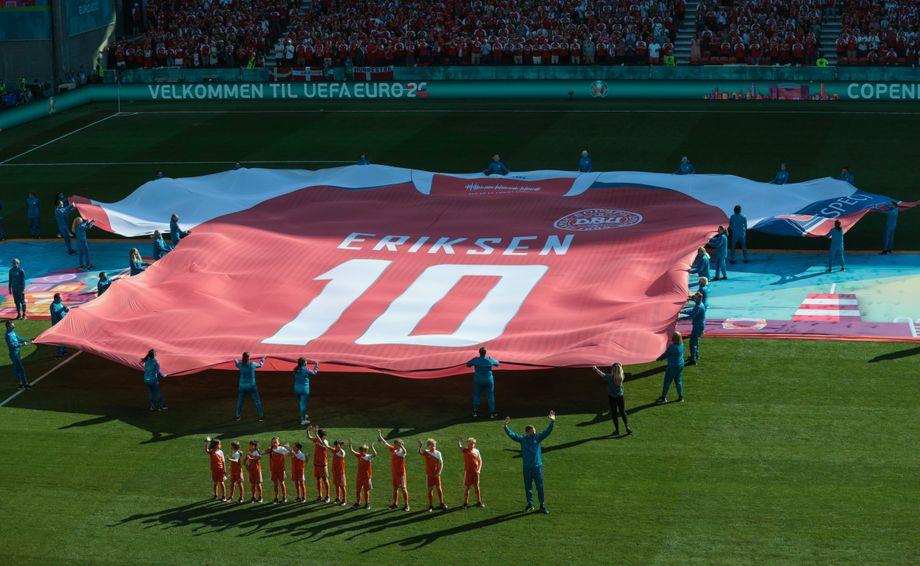 Beim Spiel Dänemark gegen Belgien wurde ein riesiges Trikot zu Ehren des dänischen Spielers Eriksen aufs Feld gebracht