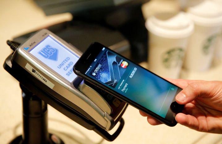 Zahlreiche Dienste für das mobile Bezahlen starteten 2018 in Deutschland, auch Apple und Google Pay