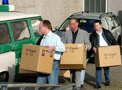Schlepper-Bande: Die Fahndungsbeamten nehmen alles mit, was ihnen verdächtig erscheint