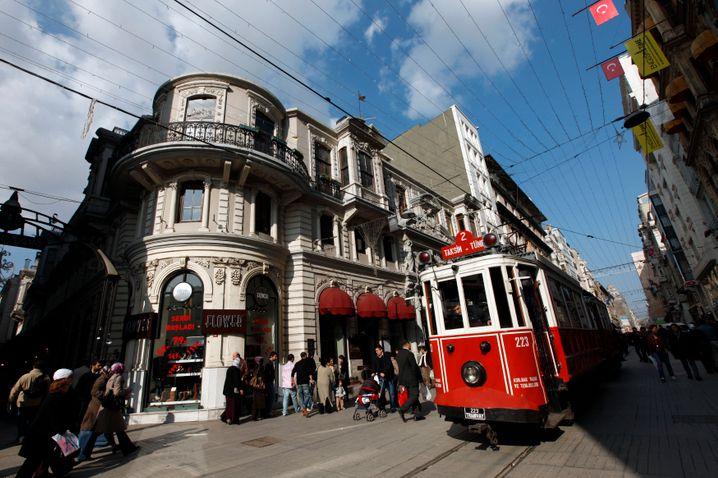 Istiklal Caddesi in Istanbul: Was ist, neben der Überziehung der Kreditkarte, die größte Gefahr auf der Shopping-Straße? Von der Tram überfahren zu werden