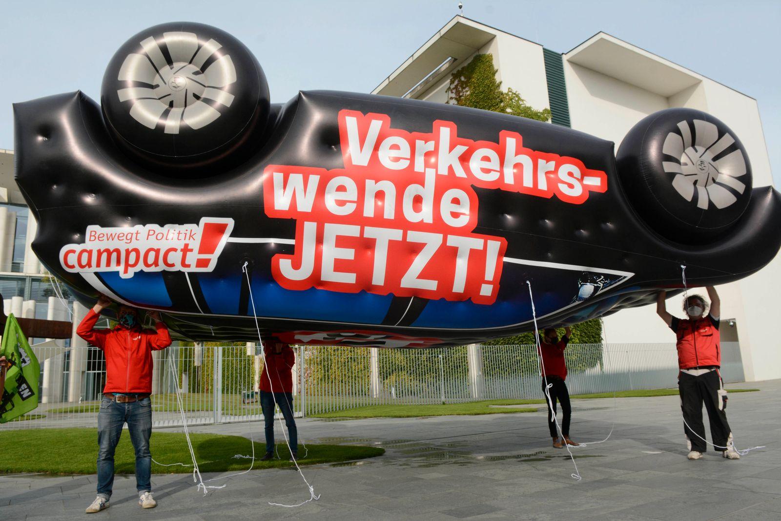 08 . 09 . 2020 , Berlin / Mitte : Anlaesslich des heute im Bundeskanzleramt stattfindenen Autogipfels protestieren Umwel