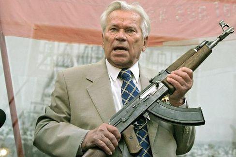 Mikhail Kalashnikov: Der Erfinder und sein Werk - die Kalashnikov AK 47, ein Schnellfeuergewehr. Künftig könnten sie und andere Waffen leichter exportiert werden.