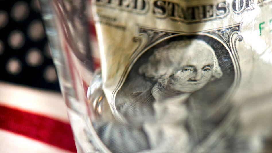 Dollarschein vor US-Flagge