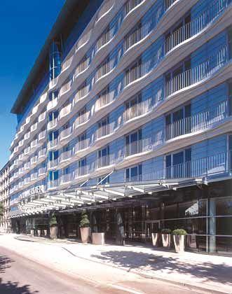 Le Royal Méridien: Direkt an der Außenalster gelegen, mit wellenförmiger Fassade aus patiniertem Kupfer und viel Glas sowie einem traditionell hanseatischen Kupferdach