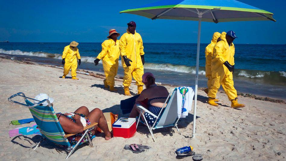 Teueres Aufräumen: BP beschäftigt Tausende Helfer, die Strände vom Öl befreien