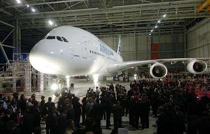 Faszination Technik: Rund 5000 Gäste bestaunen das größte Passagierflugzeug aller Zeiten, den Airbus A380, nach seiner Enthüllung in einer Fertigungshalle in Toulouse