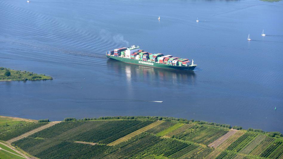 Containerfrachter auf der Elbe (Archivbild)