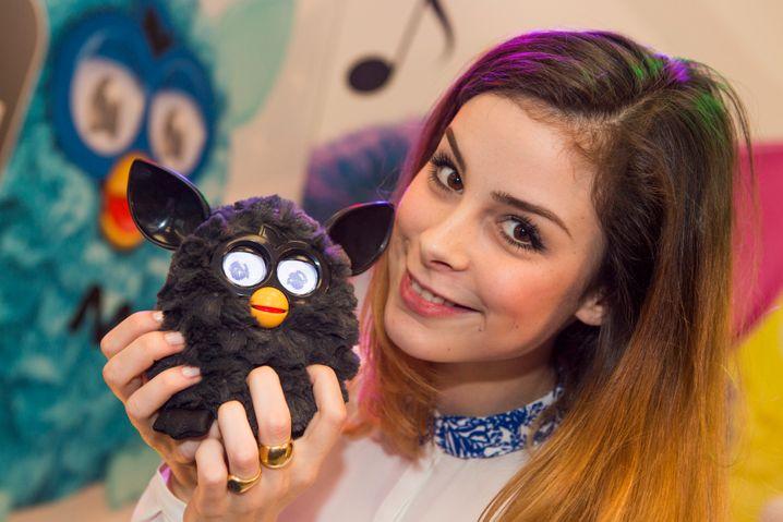 """Lena Meyer-Landrut auf Tuchfühlung mit """"Furby"""" am Stand von Hasbro"""