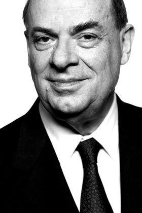 Stationen eines Lebens Privat: Die Eltern verliert Jürgen Strube früh, die prägende Persönlichkeit seiner Jugend wird die Großmutter. Nach dem Abitur am Goethe-Gymnasium in Bochum studiert er Rechtswissenschaften in Freiburg, Genf und München. Während des Studiums lernt er seine Ehefrau kennen. Die Juristin teilt mit ihm die Leidenschaft für das Ballett. Beruf: Seit 1969 war Strube Mitarbeiter bei der BASF AG, davon 13 Jahre als Vorstandsvorsitzender und 6 Jahre als Vorsitzender des Aufsichtsrats. Tätig war er unter anderem in Antwerpen, São Paulo und New Jersey.