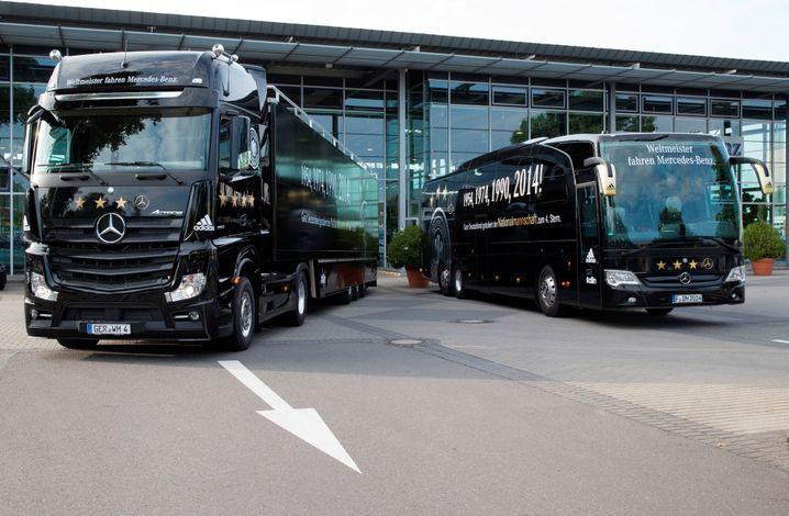 """""""Wir fahren den Weltmeister"""": Mercedes-Benz WM-Truck und Mannschaftsbus der deutschen Fußball-Nationalmannschaft - womöglich hat Volkswagen künftig hier die besseren Karten als neuer Hauptsponsor"""