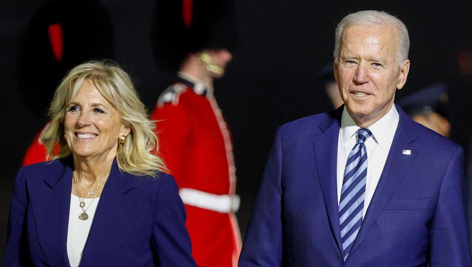 Große Order gelandet: US-Präsidentenpaar Jill und Joe Biden nach der Ankunft zum G7-Gipfel in Newquay, England
