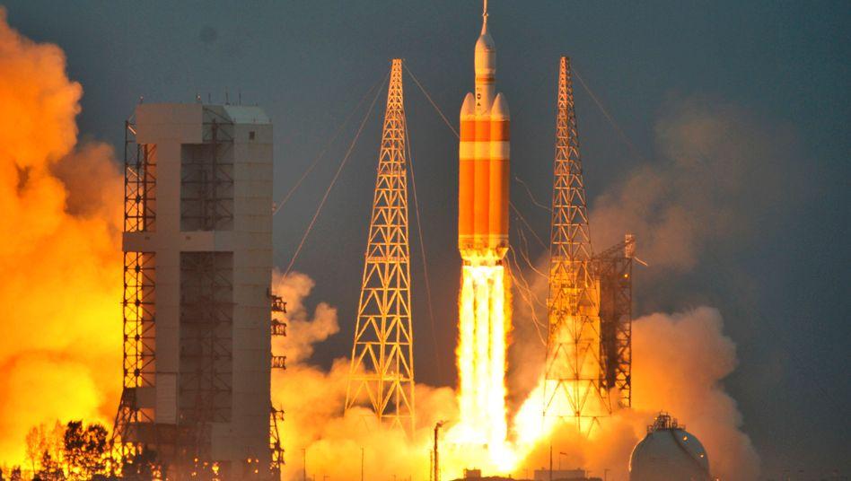 """Start um 7.05 Uhr: In Florida ist eine Rakete vom Typ Delta IV mit der Raumkapsel """"Orion"""" gestartet"""
