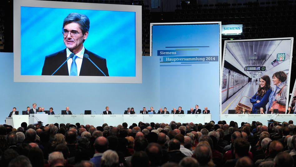 Für viele Siemens-Aktionäre ist Joe Kaeser die Lichtgestalt: Noch steht er hoch in der Gunst der Anleger, doch schon bald muss er auch liefern