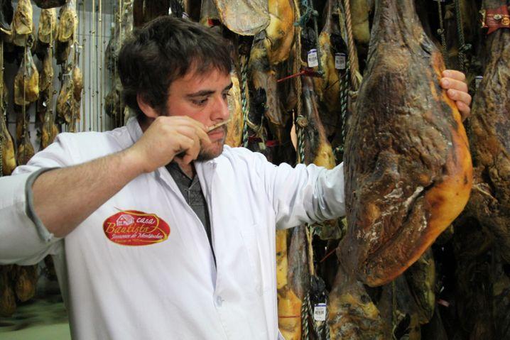 Schwarzes Gold: 100 Gramm des iberischen Schinkens kosten bis zu 30 Euro - hier nimmt Hersteller Carlos Bautista gerade eine Duftprobe.