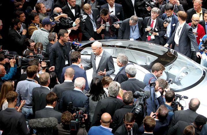 Umringt: Daimler-CEO Dieter Zetsche