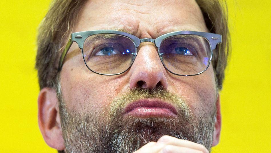 Jürgen Klopp: Der gelbe Hintergrund zeugt davon, dass damals die unternehmerische Welt von Borussia Dortmund noch in Ordnung war - bis der Trainer seinen Rücktritt bekannt gab.