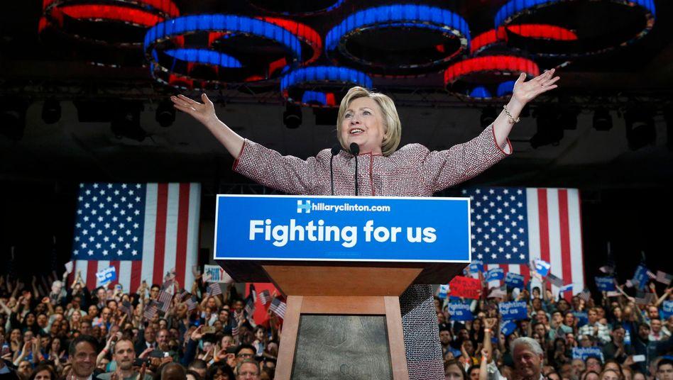 """Hillary Clinton: """"Mit Eurer Hilfe werden wir zurück nach Philadelphia kommen, zum demokratischen Parteitag, mit den meisten Stimmen und den meisten Delegierten"""""""