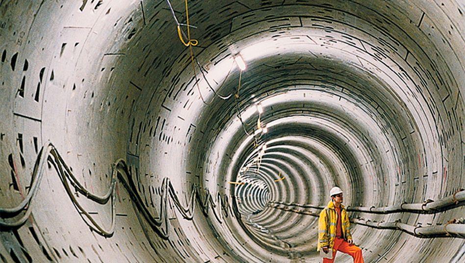 Bauarbeiten an der Londoner U-Bahn: Produktsysteme des BASF-Unternehmensbereichs Bauchemie wurden unter anderem auch hier eingesetzt: Dazu zählten unter anderem Produkte für Tunnelbohrmaschinen über robotergesteuerte Maschinen zur Felssicherung bis hin zu Produkten für Spritzbeton und Beschichtungen zur Brandsicherung (Bild Archiv)