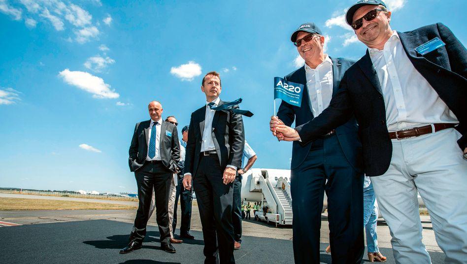 Grounded: Airbus-Chef Guillaume Faury – in der Bildmitte bei einem Event für das neue Modell A220 – war ans Feiern gewöhnt. Jetzt muss der Franzose auf Retten und Schrumpfen umschalten.