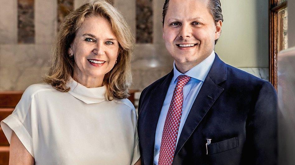 FEINE GESELLSCHAFT Gräfin Mary und Stiefsohn Charles