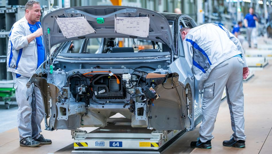 Produktion bei VW: Der Autobauer hatte bisher damit gerechnet, dass der Umsatz 2020 um rund 30 Prozent über dem Umsatz von 2016 liegen wird. Nun schraubt VW diese Erwartung auf 20 bis 25 Prozent zurück