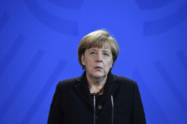 """Krisentreffen im Kanzleramt: """"Meine Gedanken sind in diesen Stunden bei den Opfern der offensichtlich terroristischen Angriffe, ihren Angehörigen sowie allen Menschen in Paris"""", sagte Angela Merkel heute Nacht"""