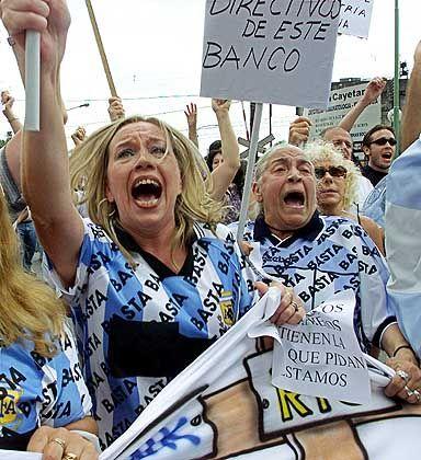 Protest: Tausende Argentinier, die nicht an ihre Ersparnisse kamen, protestierten zum Jahreswechsel 2001/2002, nachdem der Staat seine Zahlungsunfähigkeit verkündet hatte