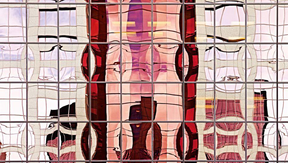 """Die Fotos stammen aus der Serie """"Metropolis: North American Collection I"""" von Andrea B. Stone. Sie zeigen Spiegelungen an Gebäudefassaden – verzerrt durch Licht, Glas, Stahl und Stein."""