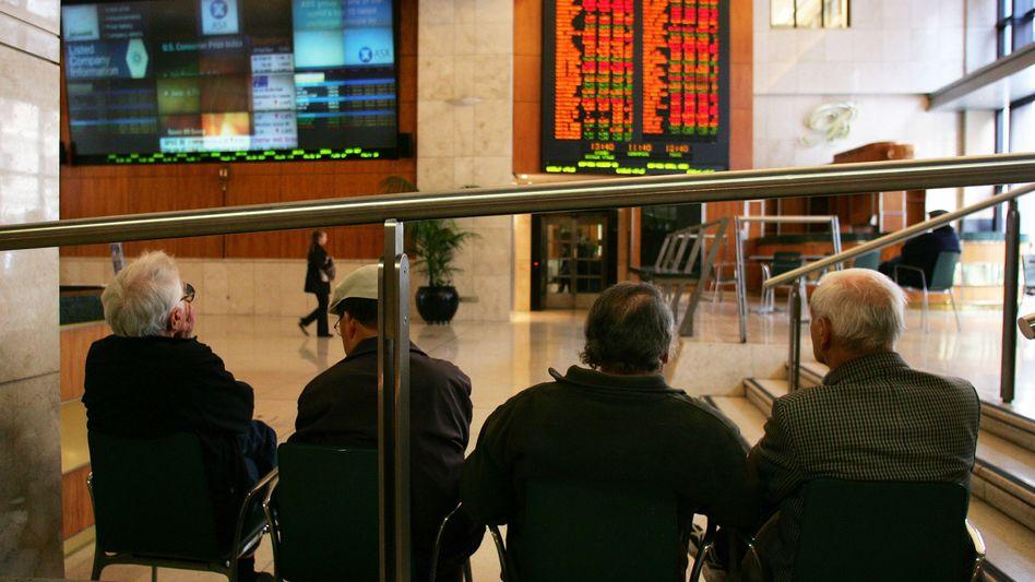 Schöne Aussichten: Damit rechnen die Experten für die deutschen Aktien in der kommenden Woche. Im Bild ein Herrenquartett, das den Ausblich gleichfalls zu genießen scheint - wenn auch auf die Anzeigentafel der australischen Börse in Sidney