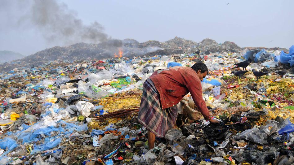 Plastikmüll soweit das Auge reicht: Die Aufnahme stammt aus Bangladesch, doch sie steht symbolisch für die Zustände vielerorts auf der Welt.