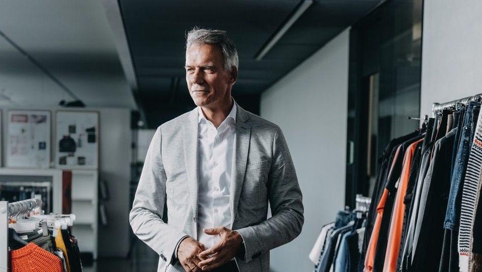 Werbeträger:Claus-Dietrich Lahrskam im November von Bottega Veneta. Mit der neuen Dienstkleidung - er trägt S.Oliver – hat er sich arrangiert.