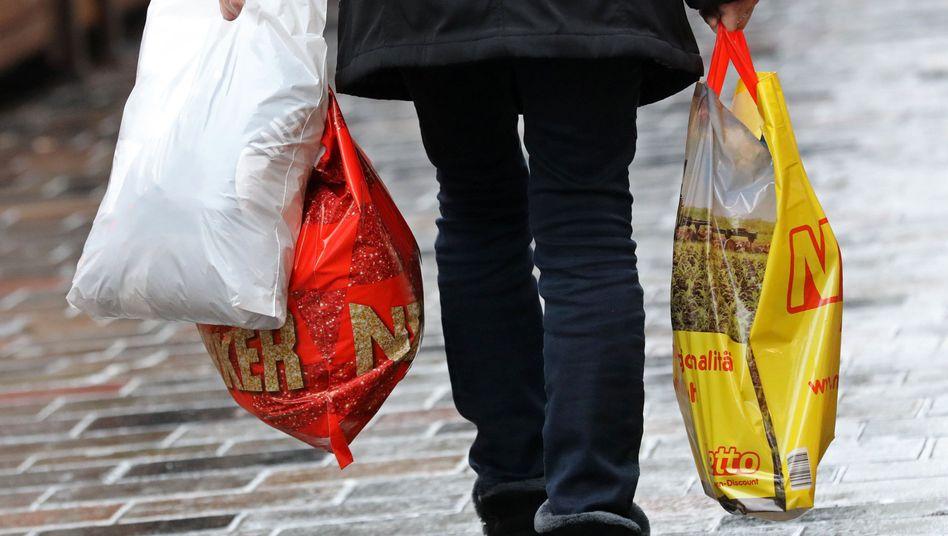 """Der Plastiktütenverbrauch sinkt bereits - Bundesumweltministerin Schulze will das mit einem Verbot """"absichern"""""""