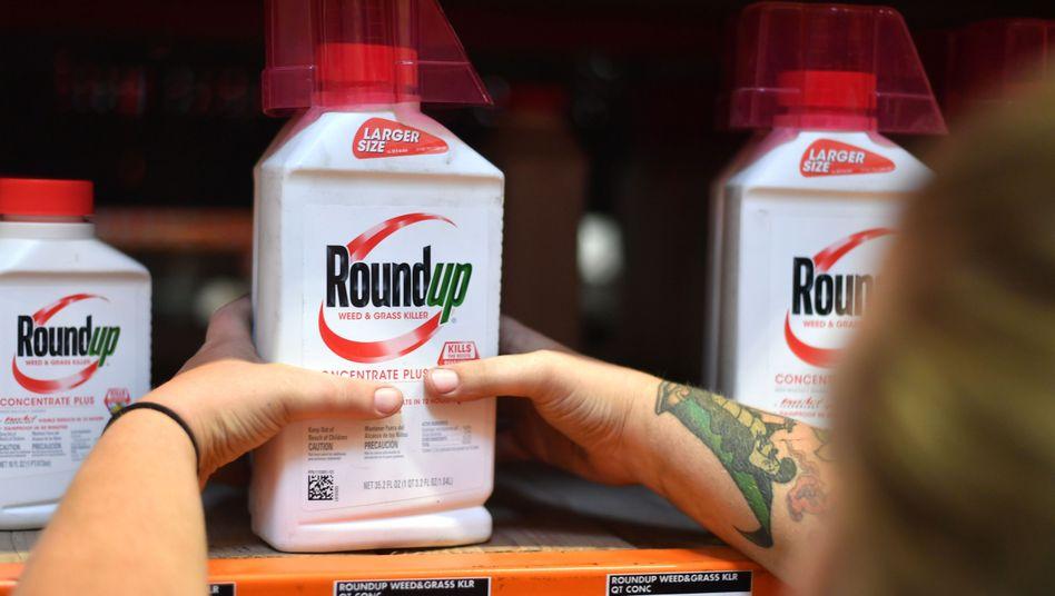 """Der Umgang mit dem Unkrautvernichter """"Roundup"""" mit dem umstrittenen Wirkstoff Glyphosat soll krebserregend sein, behaupten Klägeranwälte in den USA"""